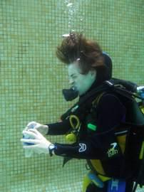 Practica las destrezas de buceo en la piscina