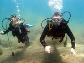 Father and Daugther enjoy a discover dive together in Arinaga, Gran Canaria